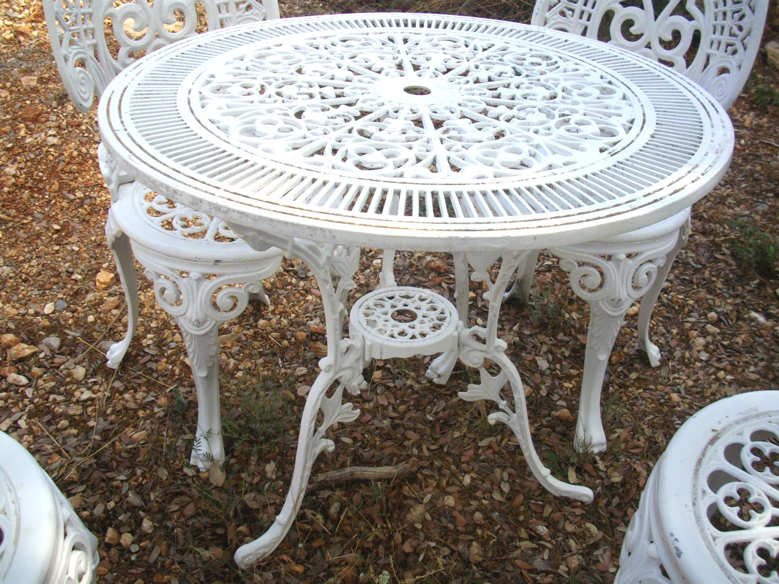 Salon de jardin rocaille blanc immitation fonte no fer forg showroom didoulabrocante for Couleur salon de jardin en fer