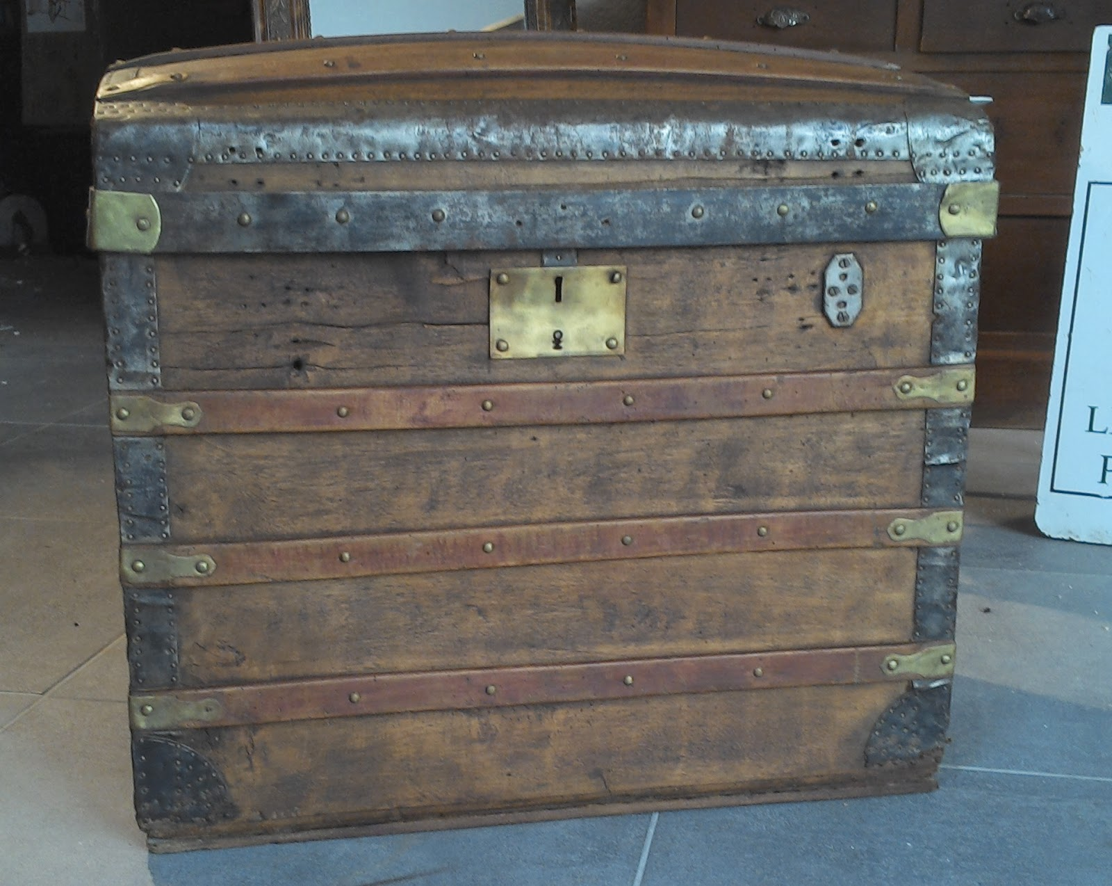 le vide grenier de didou la brocante ancienne malle bois bomb e ferrure bronze laiton malle. Black Bedroom Furniture Sets. Home Design Ideas