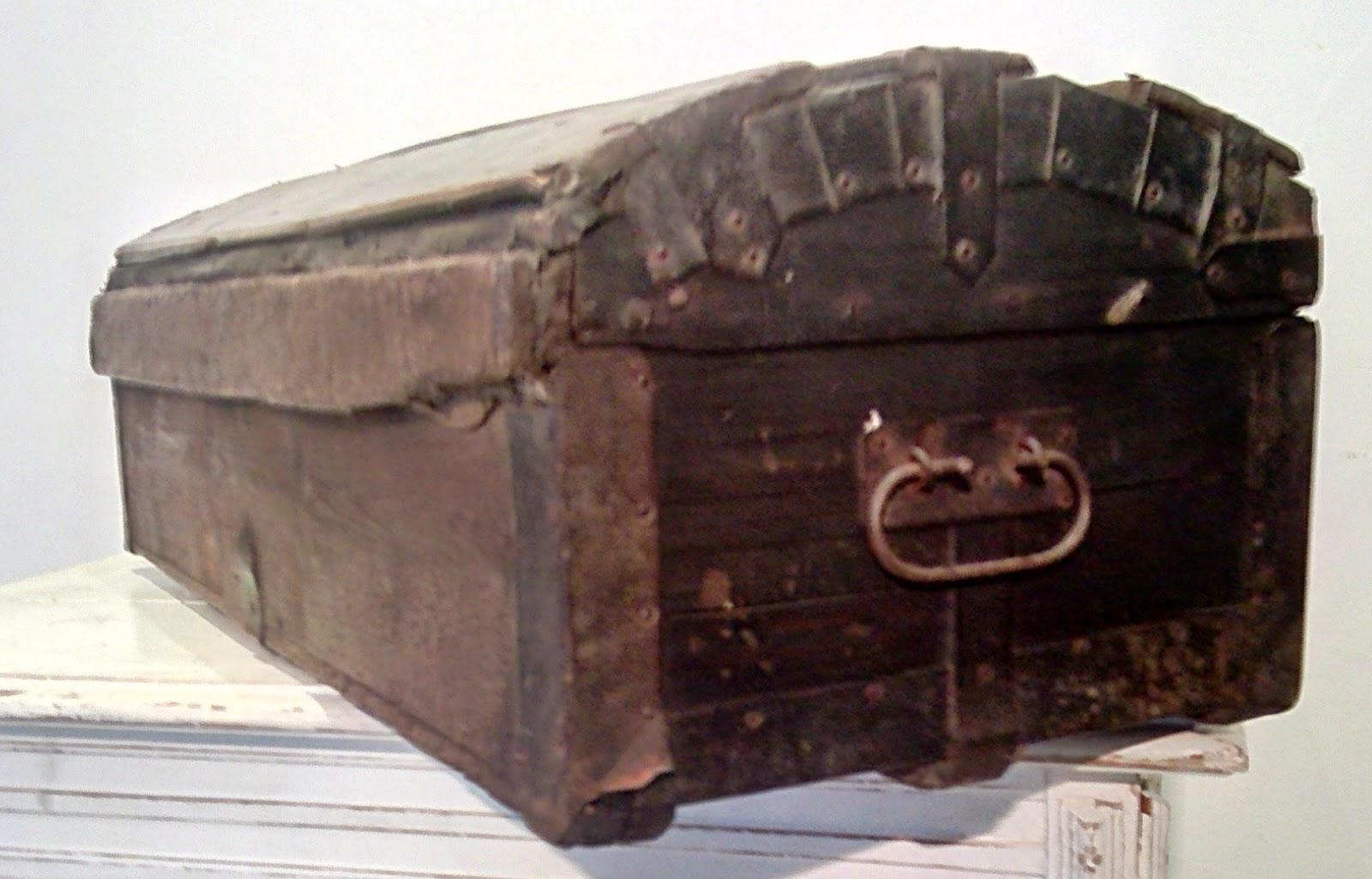 Malle Coffre En Bois Ancien ancienne malle de calèche bombée xixeme bois coffre de